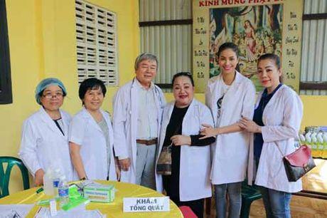 NSND Ngoc Giau cung Pham Huong khoac blouse trang lam tu thien - Anh 1