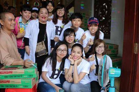 NSND Ngoc Giau cung Pham Huong khoac blouse trang lam tu thien - Anh 2