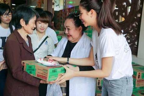 NSND Ngoc Giau cung Pham Huong khoac blouse trang lam tu thien - Anh 7