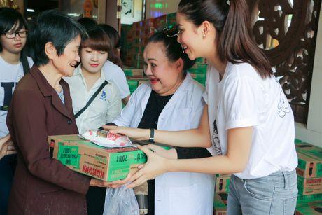 "Pham Huong cung ""ba ngoai"" Ngoc Giau ve Ben Tre phat thuoc cho nguoi ngheo - Anh 9"