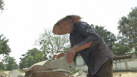 """Cam thuong hoan canh """"ga trong nuoi con"""" cua nguoi dan ong xu Nghe - Anh 1"""