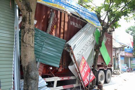 Xe container cung luc dam sap 4 nha dan - Anh 4