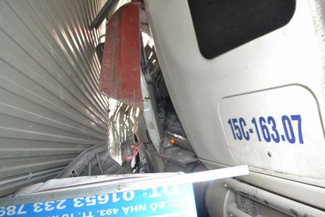 Xe container cung luc dam sap 4 nha dan - Anh 5