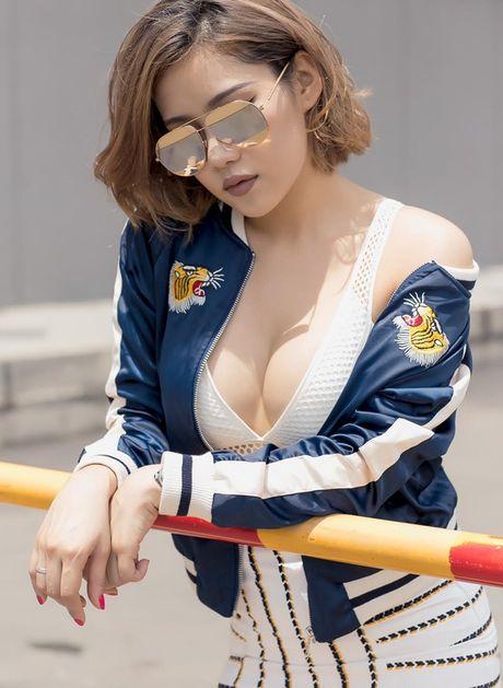Hot: Ban gai Tien Dat khoe vong 1 'khung' giua pho Sai Gon - Anh 1