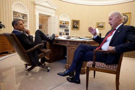 Tong thong Barack Obama tu lam vong tay tinh ban tang Pho tong thong Joe Biden - Anh 11