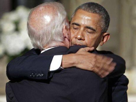 Tong thong Barack Obama tu lam vong tay tinh ban tang Pho tong thong Joe Biden - Anh 4