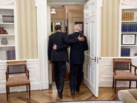 Tong thong Barack Obama tu lam vong tay tinh ban tang Pho tong thong Joe Biden - Anh 9