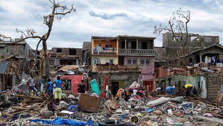 Haiti lam mo chon tap the gan 1.000 nguoi chet vi bao Matthew - Anh 1