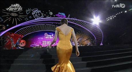 Phan ung 'Khoi can nha' cua nu dien vien Kim Hye Soo khi bi vap nga tai 'tvN10 Awards' bong gay sot - Anh 1