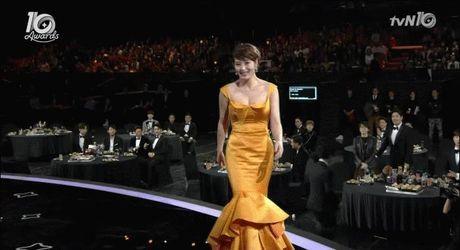 Phan ung 'Khoi can nha' cua nu dien vien Kim Hye Soo khi bi vap nga tai 'tvN10 Awards' bong gay sot - Anh 2
