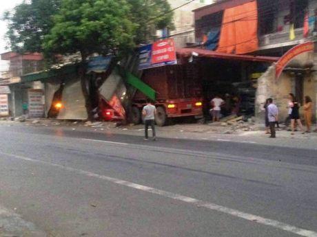 Kinh hoàng xe container mất lái xuyên thủng 3 nhà dân