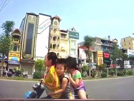 Chi cho 2 em di nguoc chieu khong doi MBH lao vao dau oto - Anh 1