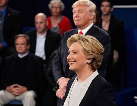 Donald Trump dong dai, Hillary Clinton cuon hut - Anh 1