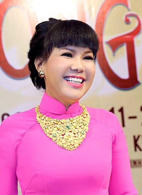 Viet Huong deo day chuyen vang hon 2 ty di ra mat show moi - Anh 2