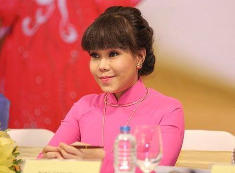 Viet Huong deo day chuyen vang hon 2 ty di ra mat show moi - Anh 3