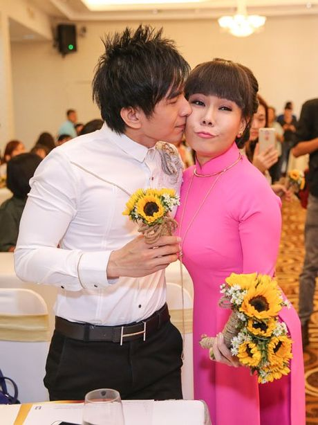 Viet Huong deo day chuyen vang hon 2 ty di ra mat show moi - Anh 5