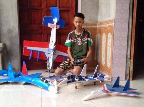 Nam sinh che mo hinh Su-37 lao vun vut tren bau troi - Anh 1