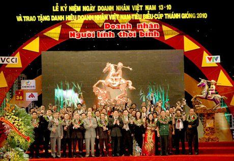 THTT Le trao tang cup Thanh Giong cho 100 doanh nhan Viet Nam tieu bieu 2016 (20h10, VTV1) - Anh 1