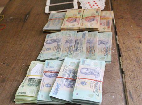 Bat, khoi to 5 doi tuong danh bac trong rung, thu 250 trieu dong - Anh 2