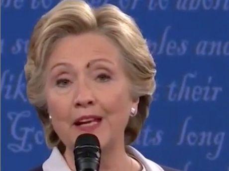 Tai sao ba Clinton khong phan ung khi bi ruoi dau len mat? - Anh 1