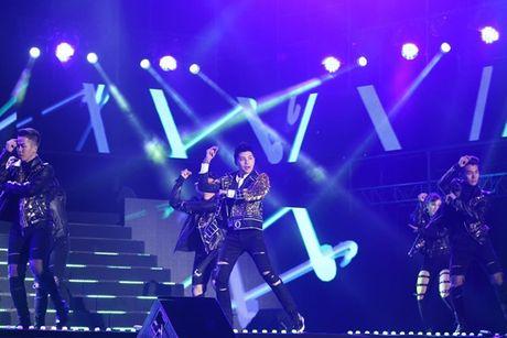 Noo Phuoc Thinh duoc hang ngan khan gia ho reo tren san khau 'Asia Song Festival' - Anh 2