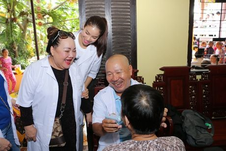 NSND Ngoc Giau cung Pham Huong ve Ben Tre phat thuoc cho nguoi ngheo - Anh 3