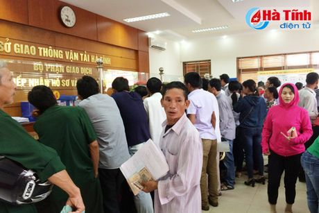 Nguoi dan Ha Tinh do xo di doi GPLX do khong nam ro thong tin - Anh 1
