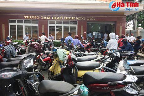 Nguoi dan Ha Tinh do xo di doi GPLX do khong nam ro thong tin - Anh 2