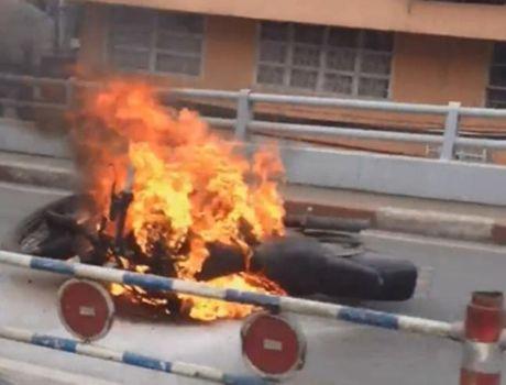 Moto 'khung' boc chay ngun ngut o Sai Gon - Anh 1