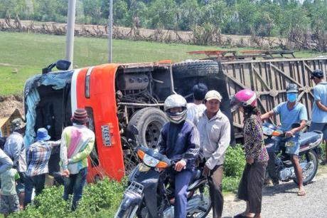Lat xe tai cho cong nhan o Campuchia, hon 50 nguoi bi thuong - Anh 1