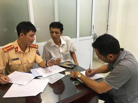 Ha Noi: Xu ly hai tai xe taxi di nguoc chieu tren cau vuot Hoang Minh Giam - Anh 1