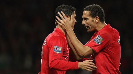 Ronaldo vang tuc khi thay Rio Ferdinand 'bo le, bo cang' ren the luc - Anh 2