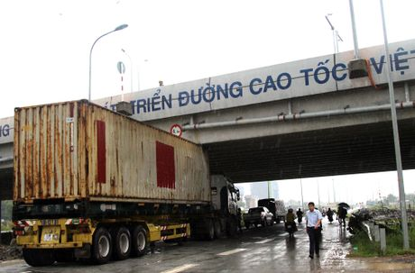 Thung container dinh chat vao gam duong cao toc - Anh 1