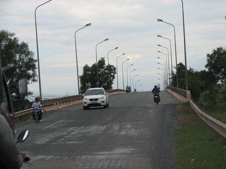 Long An: Den chieu sang cau Tuyen Nhon khong dam bao ATGT - Anh 1