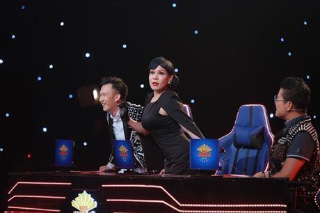 'Gai mot con' Le Phuong sexy, om ap trai tre tren san khau - Anh 4