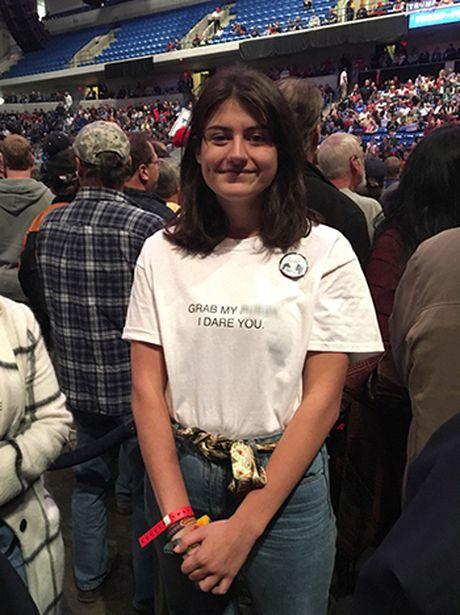 Nu sinh mac ao phong thach Donald Trump sam so - Anh 1
