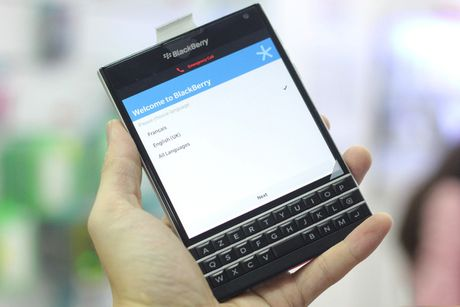 Cach phan biet Blackberry Passport chinh hang va 'hang dung' - Anh 1