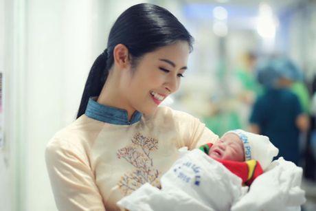 Hong Que da sinh con gai dau long, duoc Ngoc Han va bo me tuc truc - Anh 1