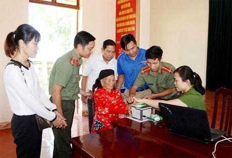 Cong an Thuy Nguyen xuong xa cap can cuoc cong dan - Anh 2
