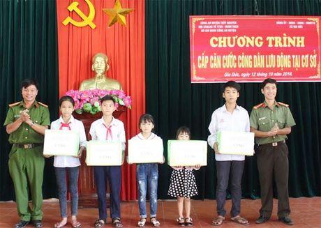 Cong an Thuy Nguyen xuong xa cap can cuoc cong dan - Anh 3