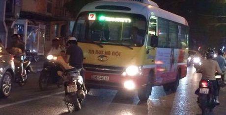 Thanh nien dung xe giua duong chan dau xe buyt di sai lan - Anh 1