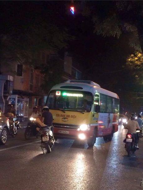 Thanh nien dung xe giua duong chan dau xe buyt di sai lan - Anh 2