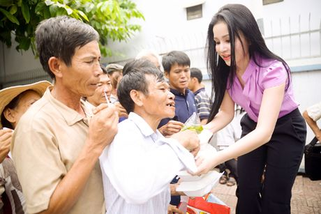 Nguoi dep Janny Thuy Tran muot mo hoi trao com tu thien - Anh 4