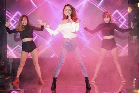 Huong Giang Idol tao bao 'tha rong', sexy lan at Pham Huong - Anh 2