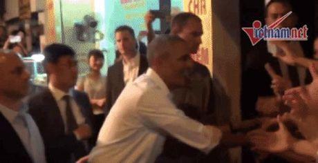 Tong thong Obama thao nhan khi bat tay nguoi dan My - Anh 1