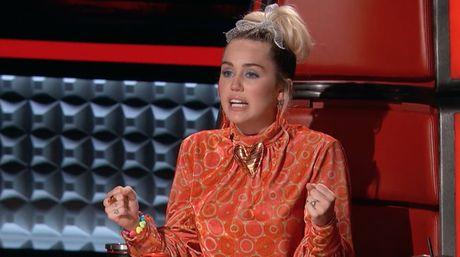 Noi loan la the, Miley Cyrus van co luc phai khoc vi loai hoc tro - Anh 2