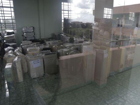 Bat 1 container hang dien tu lau tu Campuchia - Anh 1