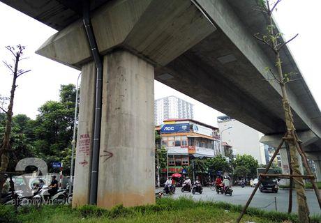 Chua di vao su dung, tru duong sat tren cao Ha Noi da tro nen nham nho xau xi the nay - Anh 6