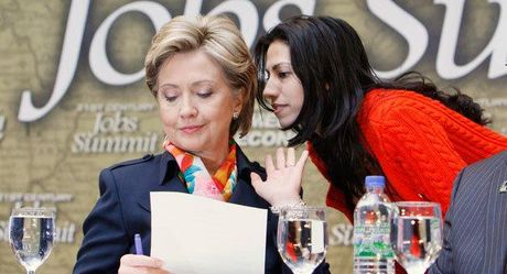 Phia sau thanh cong cua ba Clinton la bong dang mot nguoi phu nu quyen luc khong kem - Anh 3