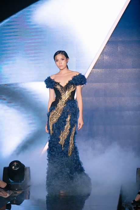 Hoa hau Ky Duyen dien dam bo sat khoe dang nuot na tren san catwalk - Anh 1